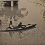 Piraguas por la Calle Bolivia, inundación 1948 (cortesía matrimonio De La Prida-Noguer)