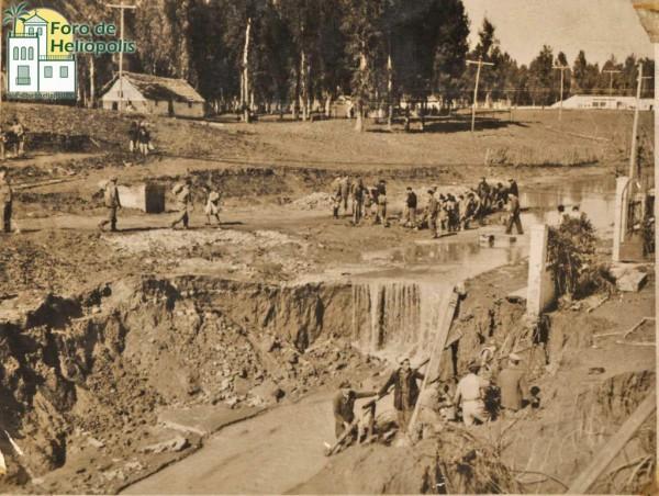 Construcción dique en C/ Perú para aliviar agua, inundación 1948 (cortesía matrimonio De La Prida-Noguer)