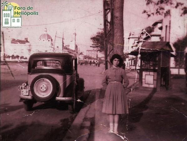 """El antiguo kiosco de Paco Martín, conocido como """"El Electricista"""" y su hija María del Carmen. Cortesía de Doña MªCarmen Martín."""