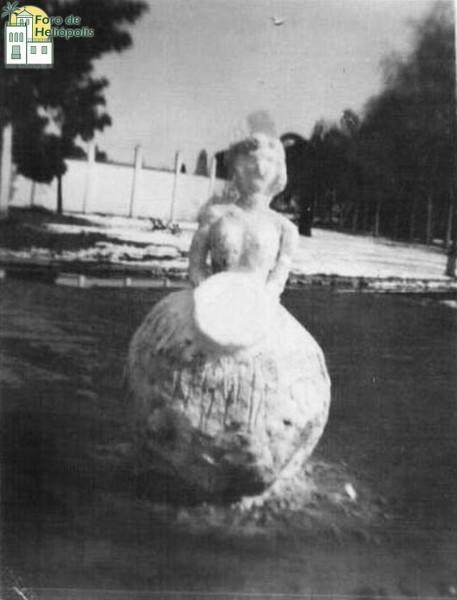 Muñeco de nieve y al fondo campo del betis, nevada de 1954 (cortesía de Doña María Victoria Revilla Palacio)