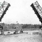 Submarino bajo el Puente de Hierro en 1926