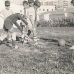 Grupo de niños jugando en el antiguo Monte, detrás de las casas baratas, donde ahora está el colegio La Raza (cortesía de Alfonso León Hurtado)
